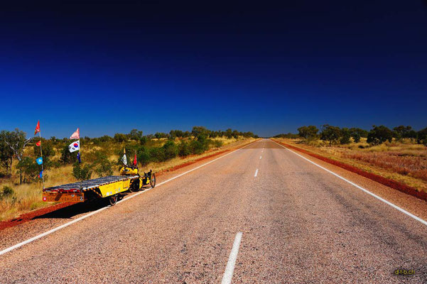 AU: Solatrike auf langen geraden Strassen in Australien