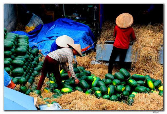 VN0046.Hanoi.Melonen verladen