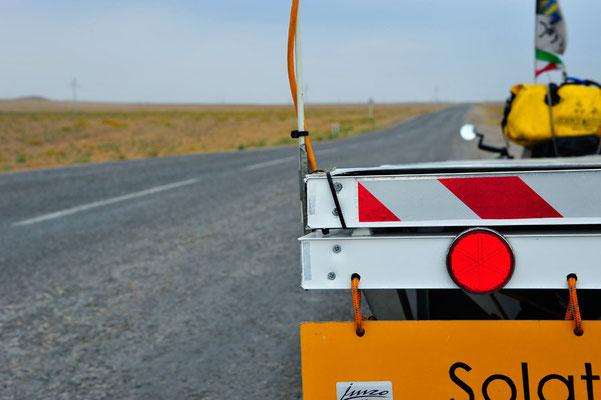 KZ: Solatrike auf endloser kasachischer Strasse