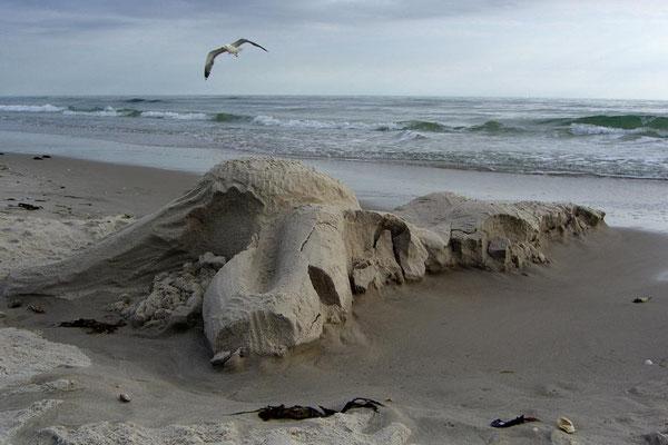 """Sandskulptur """"Nixe"""" die Flut holt sie zurück"""