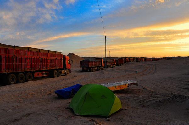CN.Solatrike in der Wüste Gobi mit LKW-Kolonne