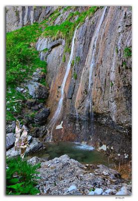 GW0110.Kleiner Wasserfall am Weg zur Bäregghütte