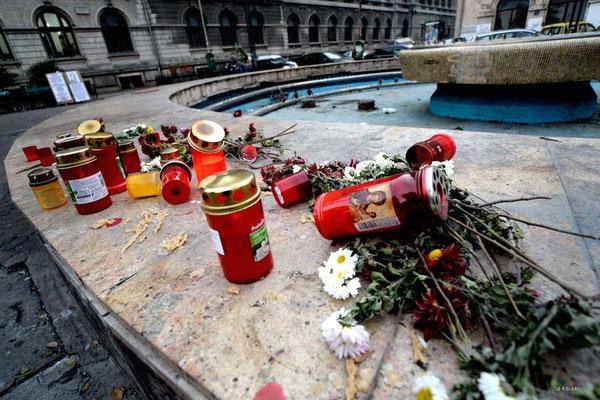 ROB054.Bukarest.Mahnstädte für die Opfer des Nachtclubbrandes.