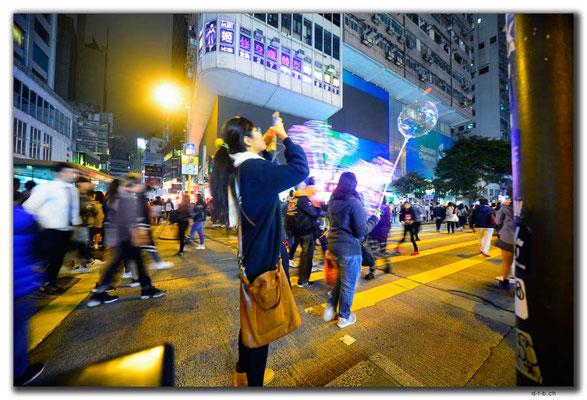 HK0064.Volk geniesst die autofreie Zone