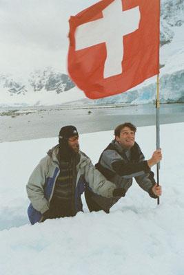 Antarktis, Fahne hissen (Photo: Ivy Cheng)