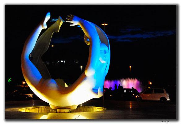 GE010.Batumi.drehende Skulptur
