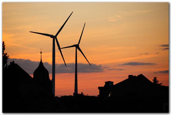 PHK106 Windkraftwerke am Abend