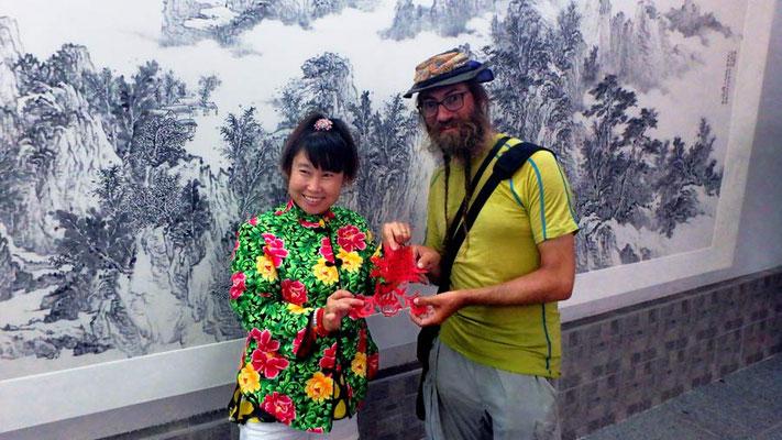 CN. Kunstmuseum Hohhot, Scherenschnittkünstlerin schenkt David einen Scherenschnitt.