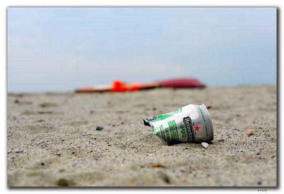 GR0129.Katerini Paralia.Touristen weg, Müll da