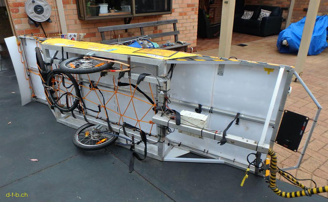AU:Solatrike at Perth. Reifenwechsel am Anhänger