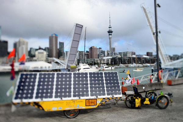 NZ: Solatrike in Auckland, Viaduct Basin mit offener Brücke