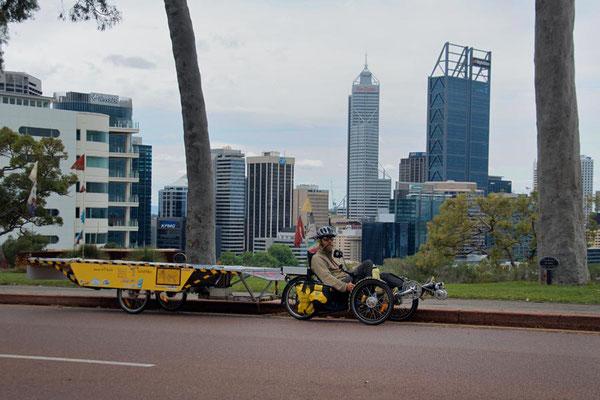 AU: Perth. Kings Park overlooking the City (Photo: Tom Hogarth)