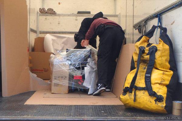 HK: Solatrike und Gepäck wird verpackt