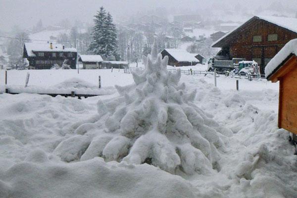 Weihnachtsbaum aus Schnee in Grindelwald 2020 verbessert
