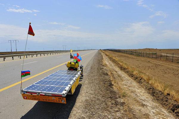 AZ: Solatrike durchquert die Halbwüste auf gerader Strecke.