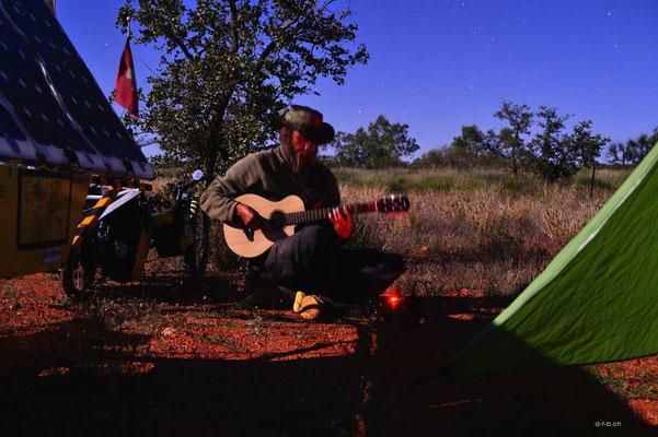 Australien.Gitarre spielen beim Camp.