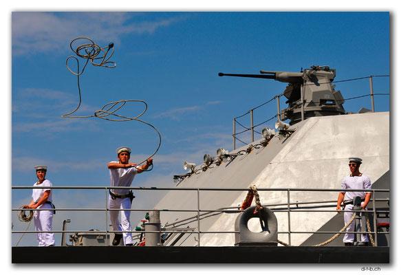 NZ0461.Wellington.Hafen.Militärschiff legt an