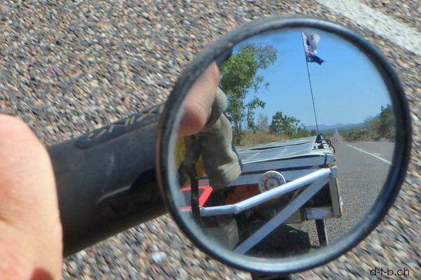 AU: Lange fadengerade Strassen im Rückspiegel des Solatrike