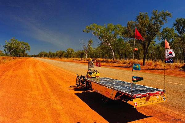 AU: Solatrike auf langen weiten Strassen in Australien