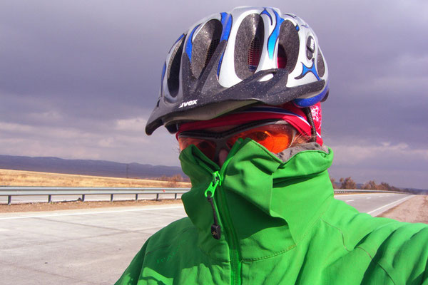KZ: Solatrikefahrer eingehüllt vor Kälte