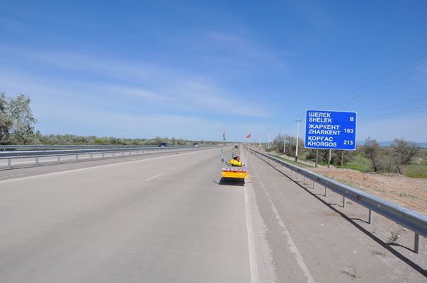 KZ: Noch ein paar Kilometer bis Zharkent (Foto: Tobias)