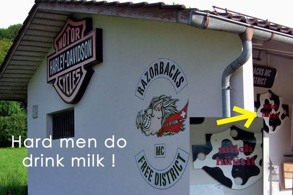Schweiz.Milch trinkende harte Jungs.