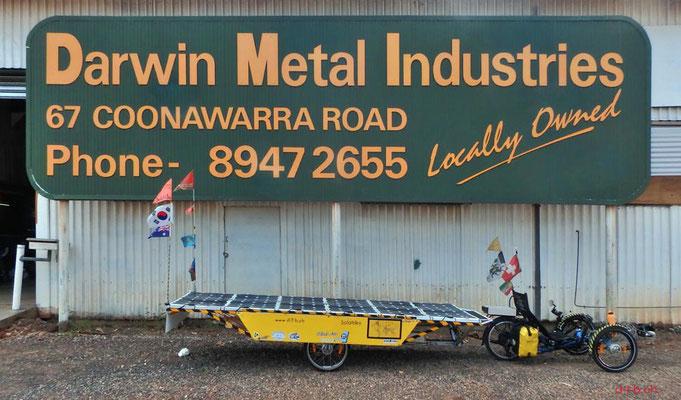 AU: Solatrike mit fertig gestelltem Anhänger in Darwin. Vor Darwin Metal Industries.