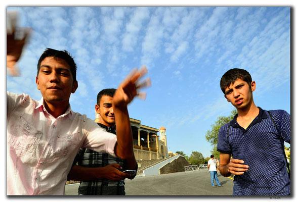 UZ0027.Samarkand.Gehörlose bei Hazrat Hizr Mosque