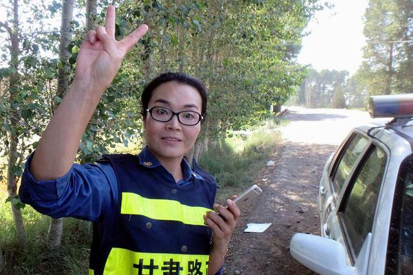 CN.Solatrike wird von Polizistin fotografiert - nicht ohne selber posieren zu müssen! Quit pro quo!