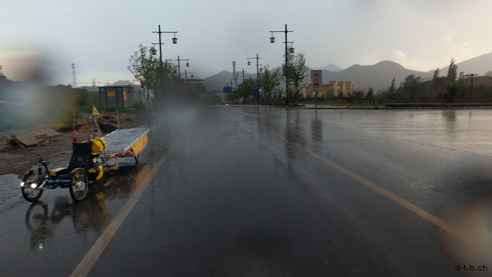CN.Solatrike in Xiahuayuan im giessenden Regen