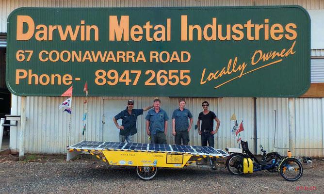 AU: Solatrike mit fertig gestelltem Anhänger in Darwin. Vor Darwin Metal Industries und Mitarbeiter