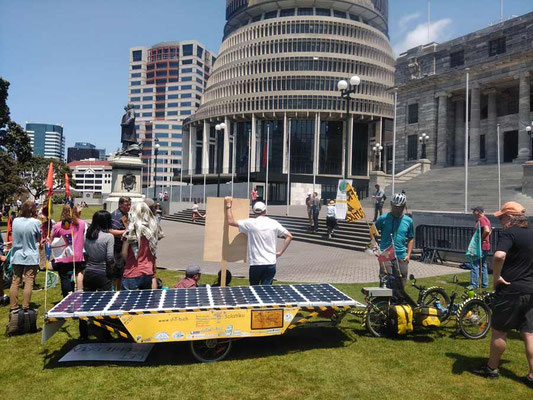 NZ: Wellington in front of the Beehive at Fridays for Future (Photo: Ismene)