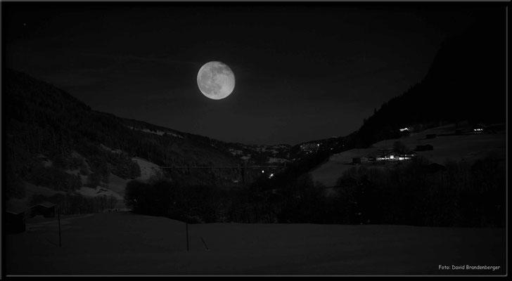 A0317.Klosters Dorf mit Mond.S/W