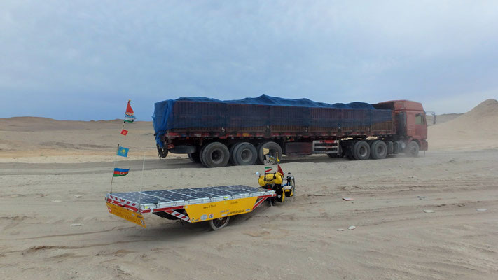 CN.Solatrike in der Wüste Gobi und LKW