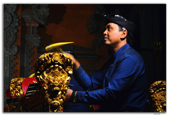 ID0145.Ubud.Musiker mit Traditionellem Instrument