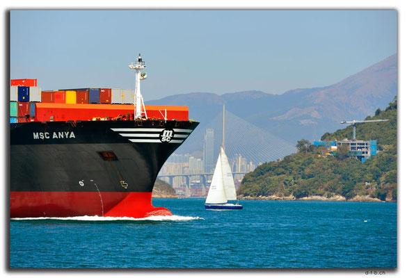 HK0087.Frachtschiff und Brücke