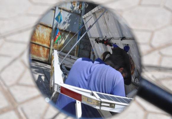 KG: Bishkek, Solatrike reparieren (Foto: Tobias)