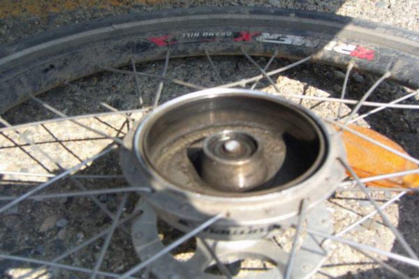 AZ: Solatrike in Qobustan. Achse des rechten Anhängerrades gebrochen