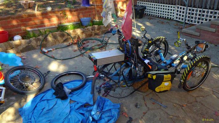 AU: Solatrike in Canberra. Reparatur des Hinterrades (Reifen, Schlauch, Speiche)