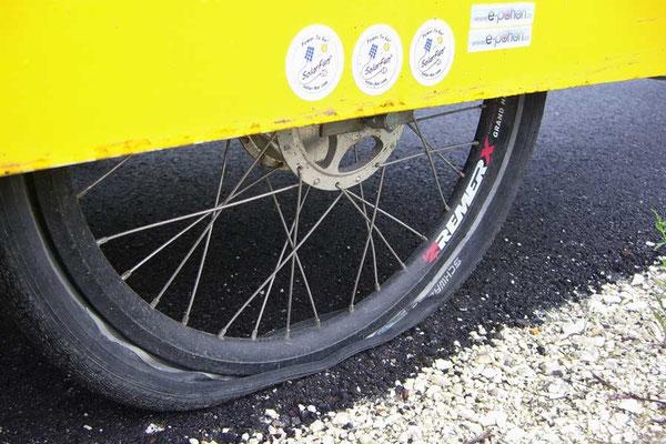 HU: Solatrike mit erstem Platfuss - First flat tire