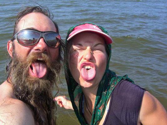 Verena und David blödeln im Kaspischen Meer