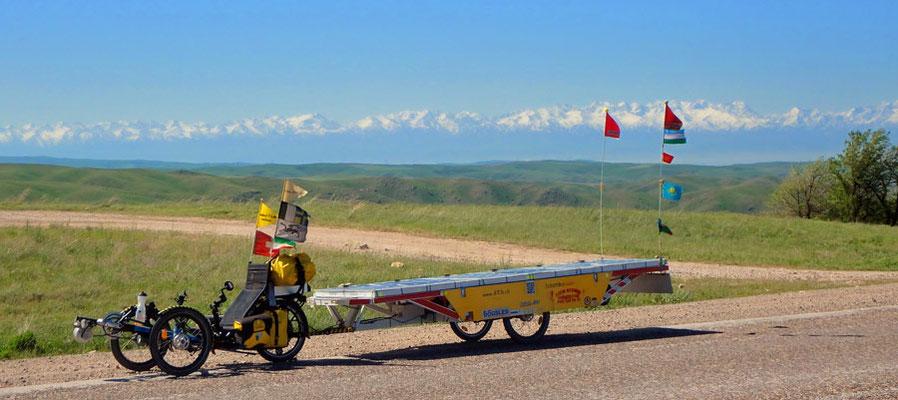 Solatrike.KZ. Der Kirgisische Ala-Too im Hintergrund / Kyrgyz Ala-Too in the background
