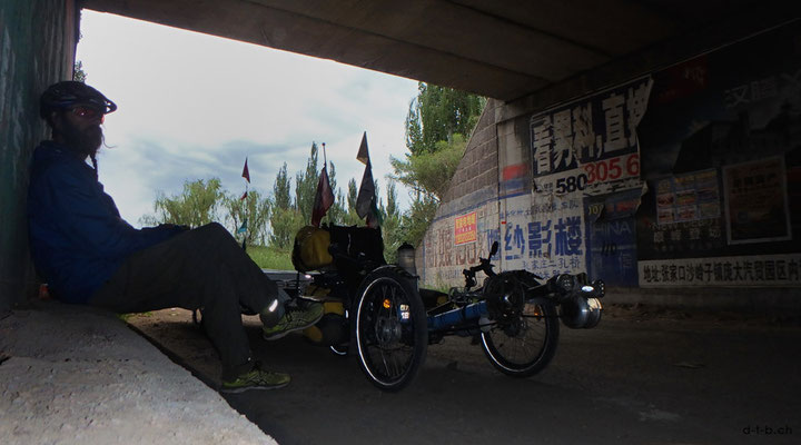 CN.Solatrike bei Mittagspause unter der Brücke