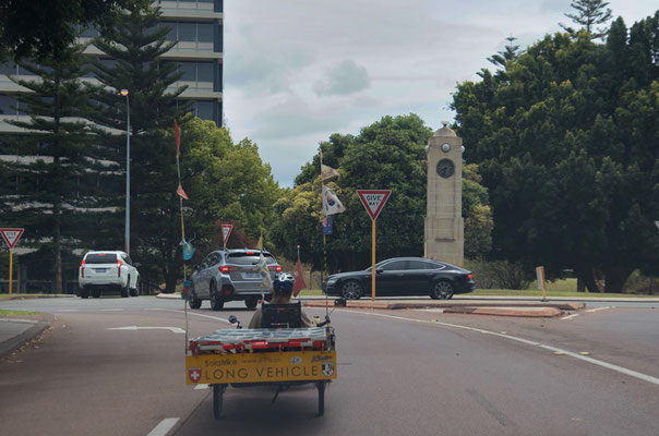 AU: Perth aproaching roundabout (Photo: Tom Hogarth)