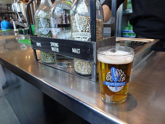 Kostenlose Bierprobe in der Steamwhistle Brauerei Toronto.