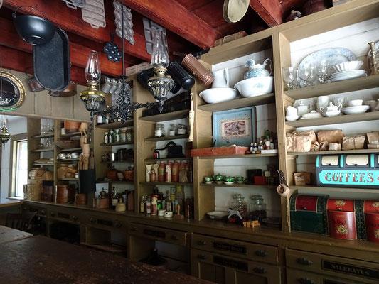 Black Creek Pioneer Village in Toronto: Blick auf die Auswahl im Gemischtwarenladen.