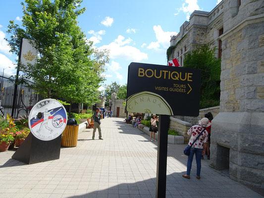 Urlaub in Ottawa: Farbige Münze vor der Royal Canadian Mint.