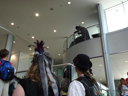 Cosplay auf der FanExpo 2016 in Toronto: Im Vordergrund zwei Steampunk-Freunde, während eine Etage höher jemand im Monster-Kostüm herumturnt.