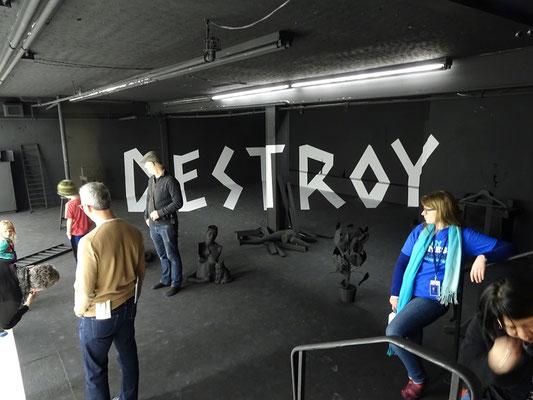 An Honest Farewell in Toronto: Der dunkle Teil der Schwarz-Weiss-Installation in der Art Maze.