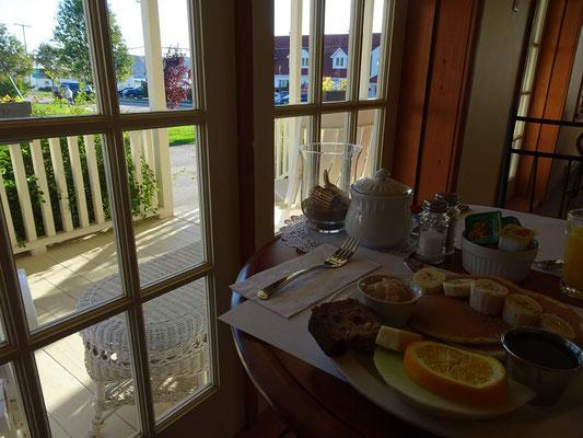 Urlaub in Quebec: Wer genau hinschaut, kann auch vom Frühstückstisch aus den durchbohrten Felsen von Percé erkennen.